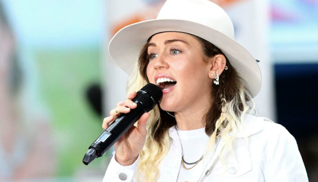 miley cyrus spotted kissing making out